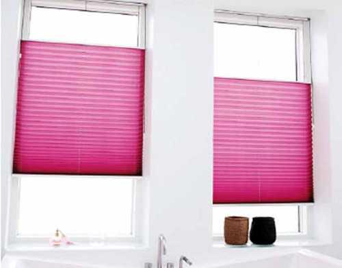 store plisse de couleur rose pour salle de bain